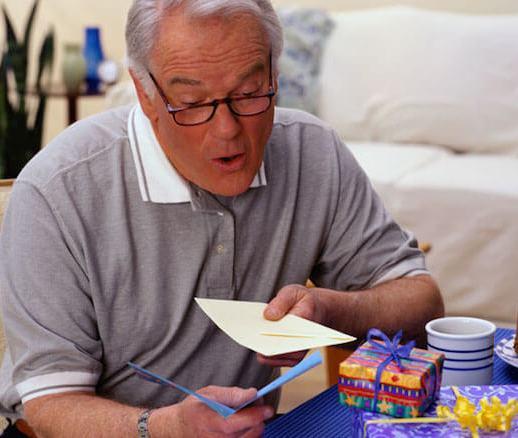 дедушка рассматривает подарки