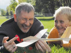 дед и внук играют вместе
