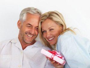 муж получает подарок от жены