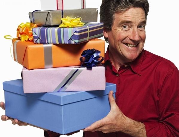мужчина держит подарочные коробки
