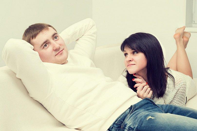 равнодушный мужчина и женщина