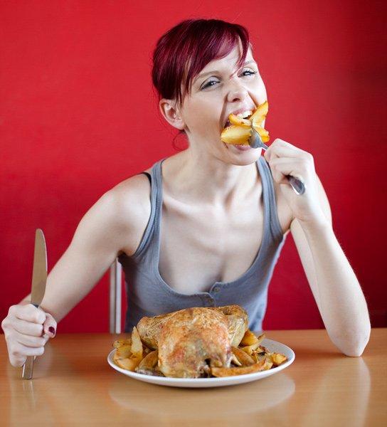 женщина ест курицу