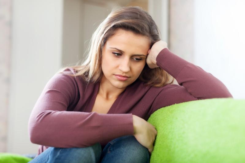 на диване грустная симптомы пмс у женщин