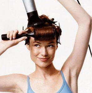 накручивание волос на щетку и сушка феном