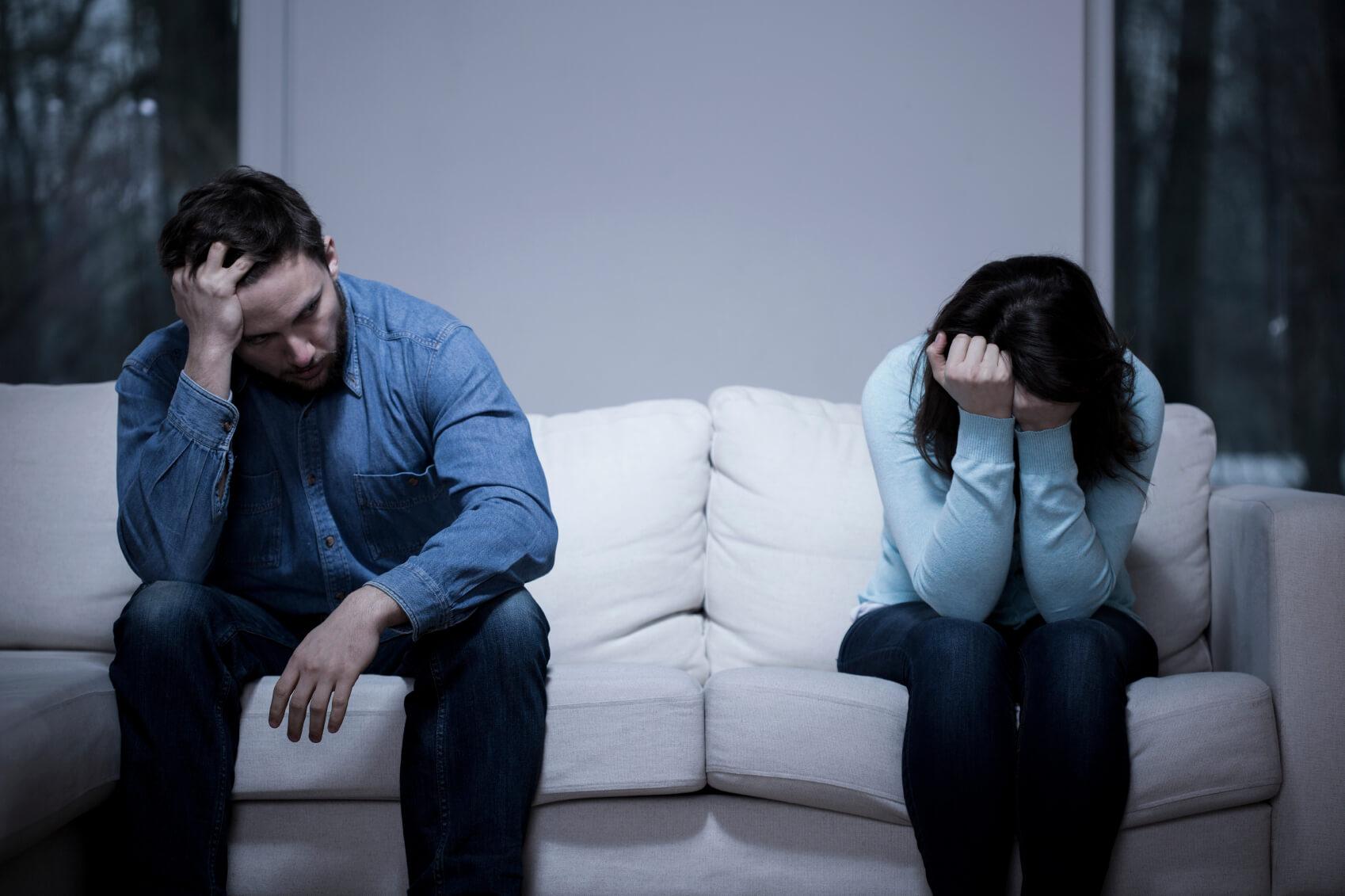 сидят грустные супруги