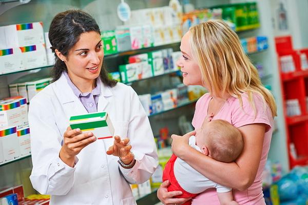 Женщине советуют таблетки в аптеке