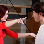 женщина указывает мужчине пальцем