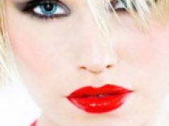 Как сделать макияж с красной помадой?