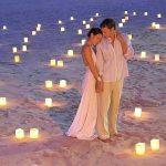 муж и жена на пляже со свечами