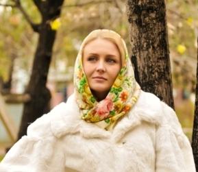 Контрастно: цветной платок к белой шубе из норки или кролика