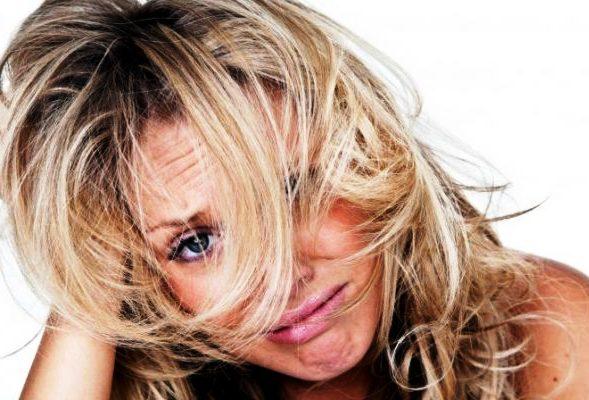 девушка плачет волосы недовольна цвет тоник