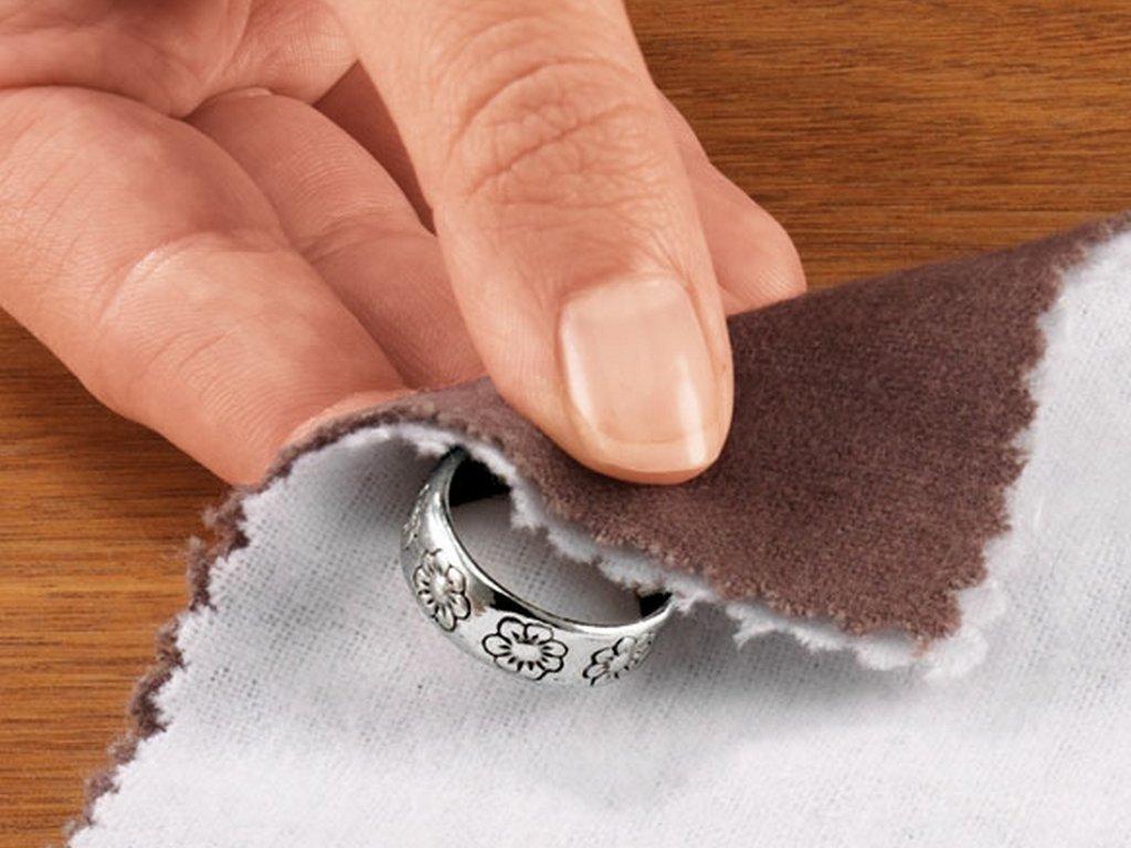 протирают серебряное кольцо
