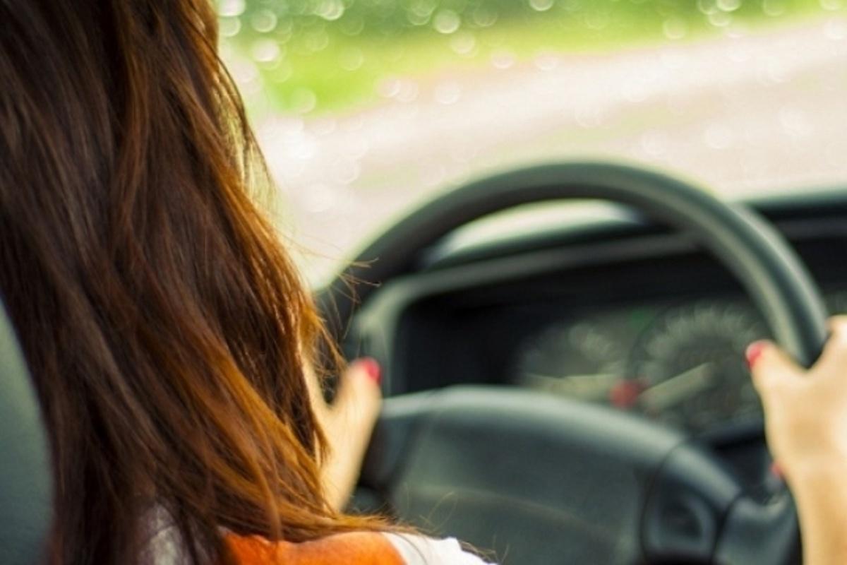 руки женщины на руле