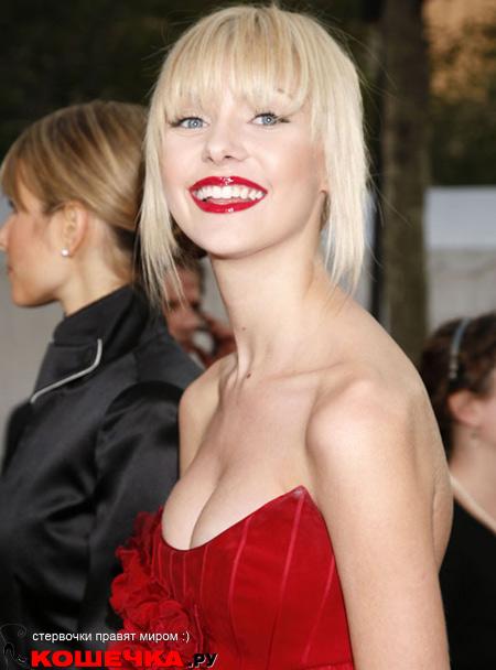 Тейлор Момсен в красном платье