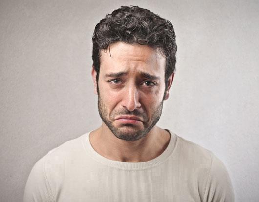 мужчина печалится