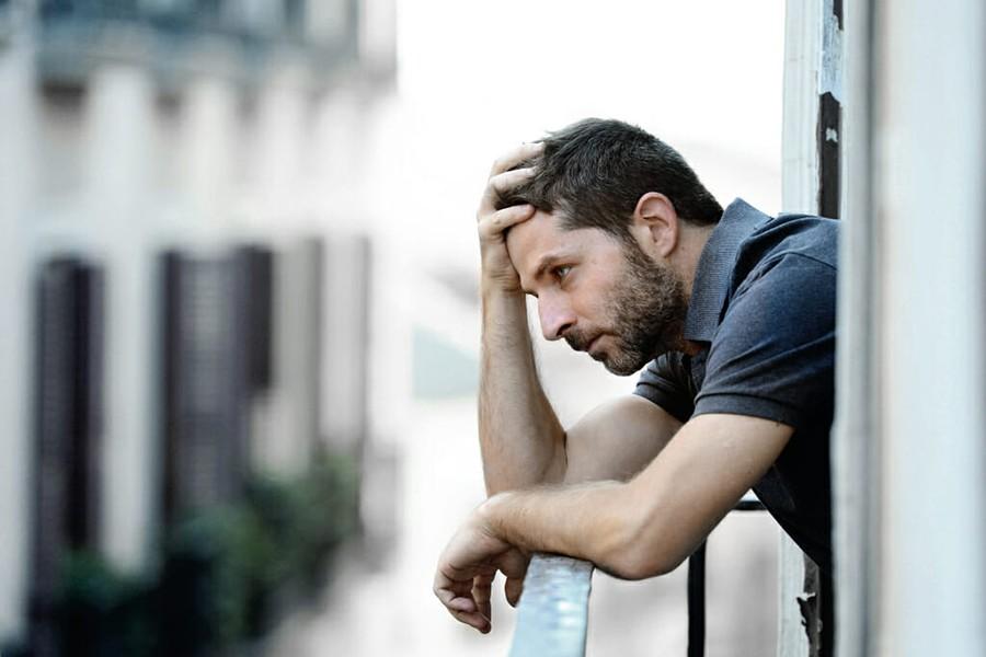 мужчина грустит