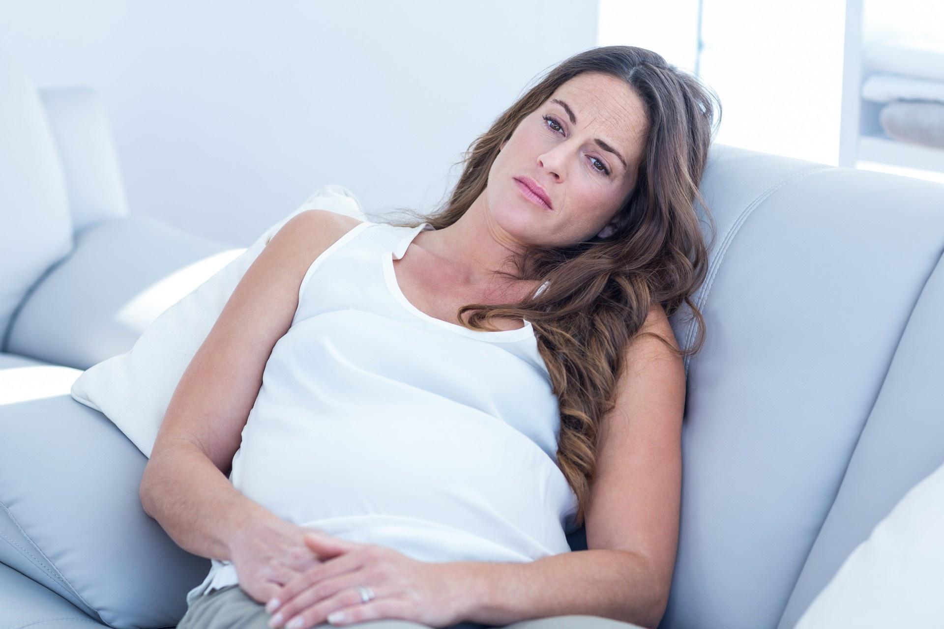 беременная в белой майке