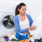 женщина возле стиральной машинки