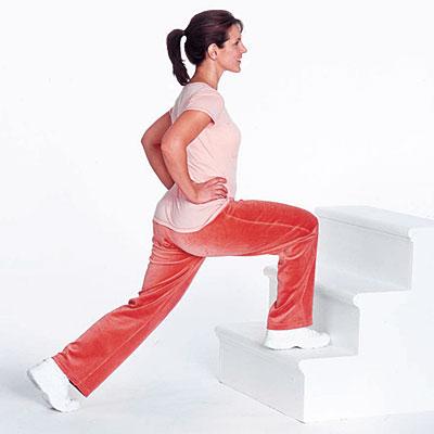 женщина тренируется на ступеньках