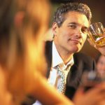 мужчина флиртует в баре