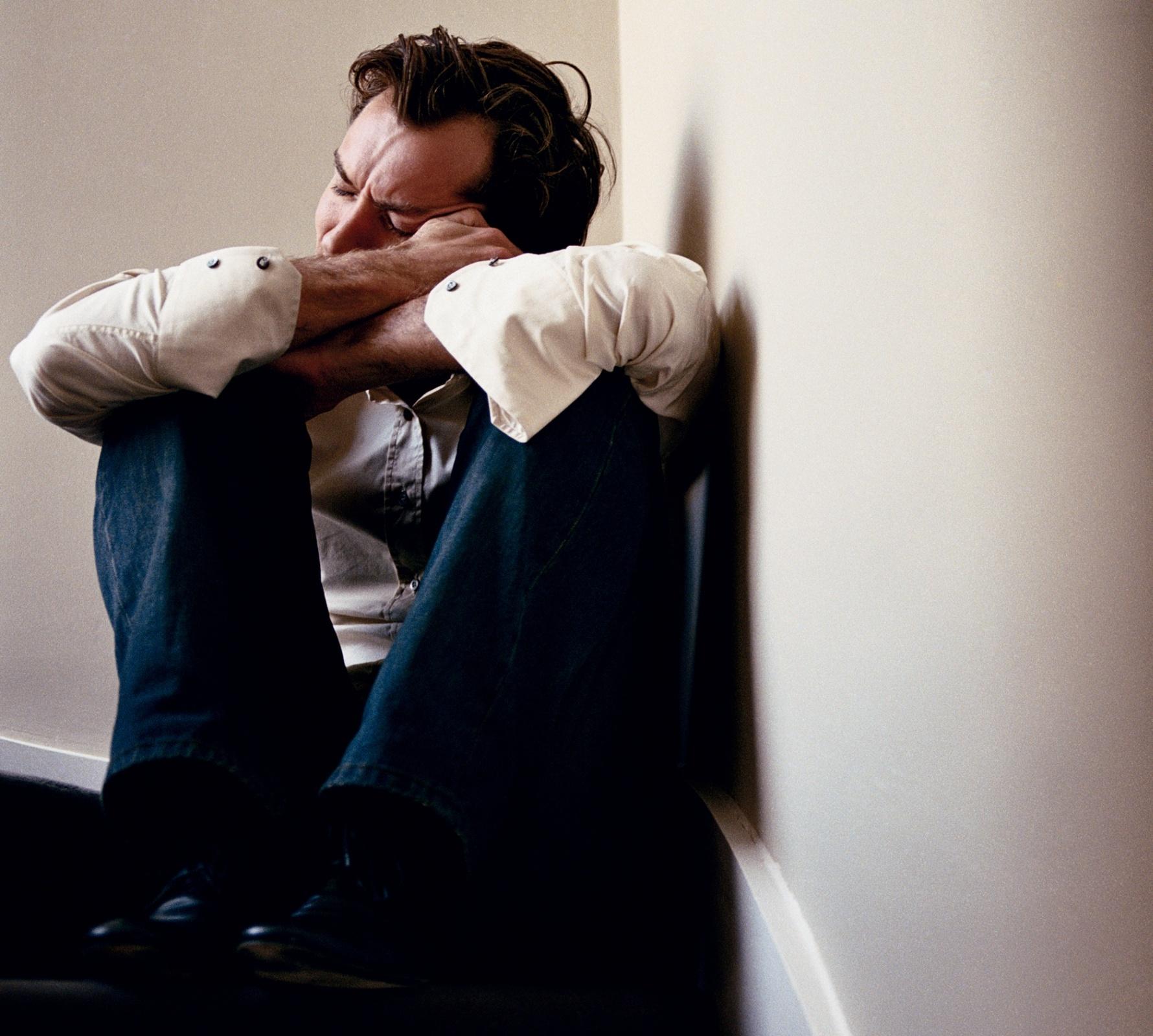мужчина сидит грустный