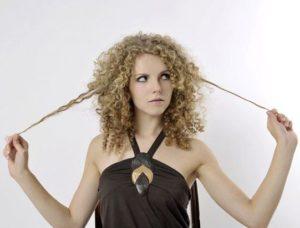 девушка недовольа волосами