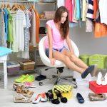 женщина примеряет обувь