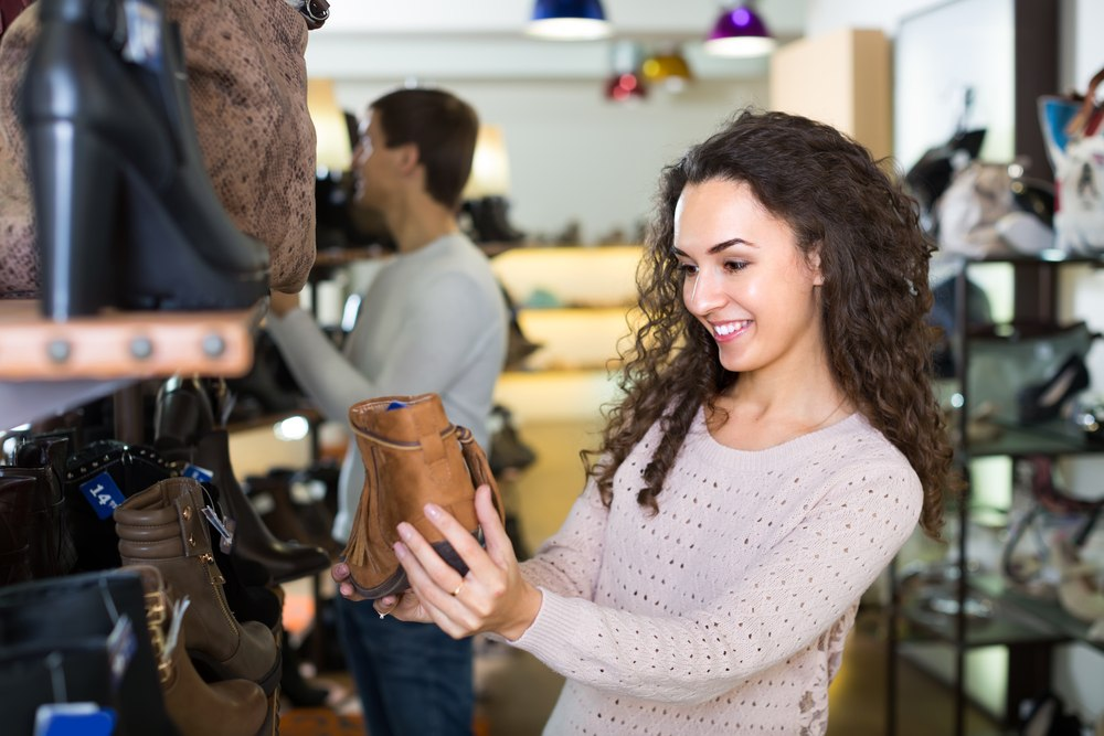 женщина держит сапоги