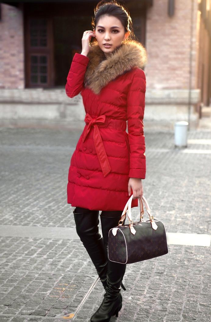 женщина в красном пуховике