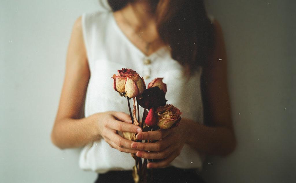 сухие розы в руках