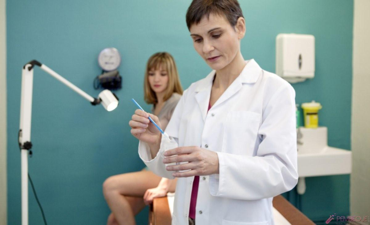 врач берет мазок у женщины