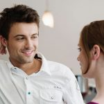 мужчина флиртует с девушкой